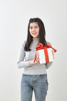 Caja de regalo feliz del control de la mujer joven en manos