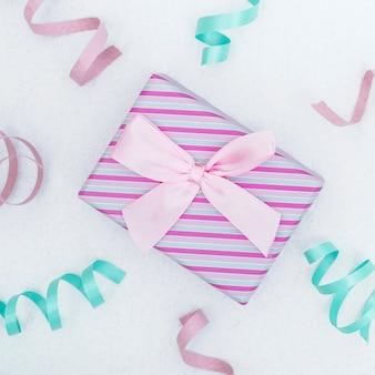 Caja de regalo festivo con cintas.