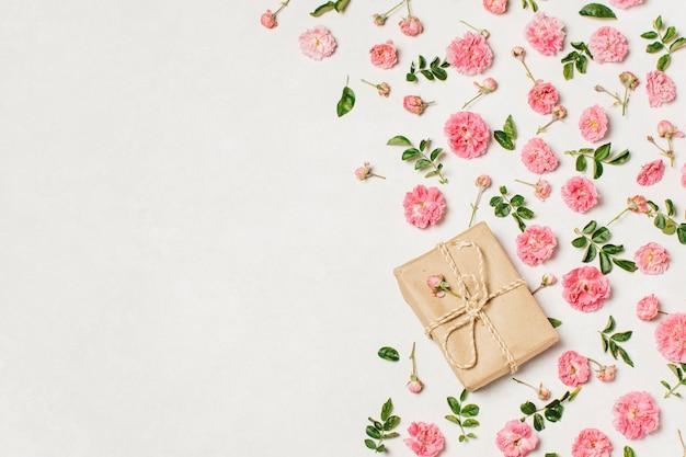 Caja de regalo con flores en la mesa.