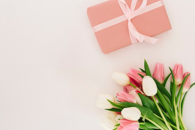 Caja de regalo con flores de tulipanes.