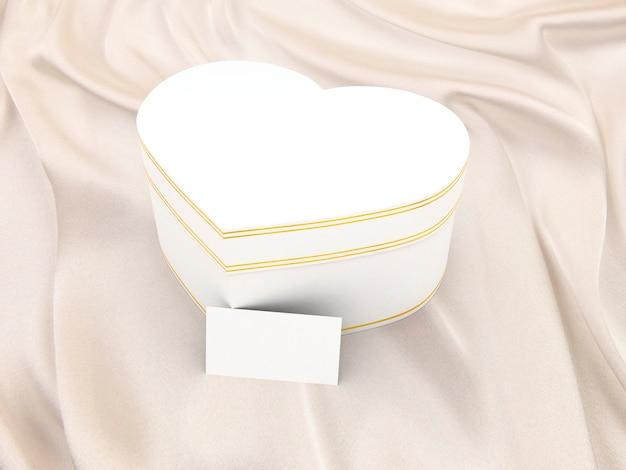 Caja de regalo en forma de corazón sobre seda