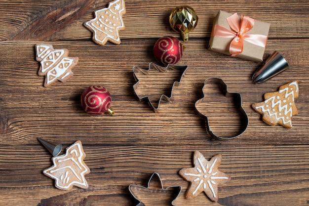 Caja de regalo de galletas artesanales fondo oscuro de madera oscura