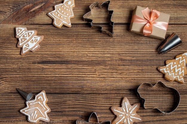 Caja de regalo de galletas hechas a mano sobre un fondo marrón de madera