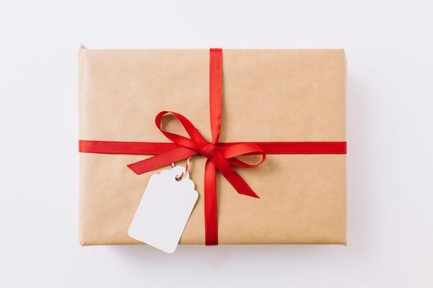 Caja de regalo grande con cinta.