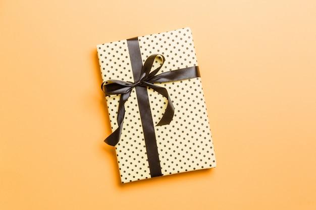Caja de regalo con hermoso papel de regalo