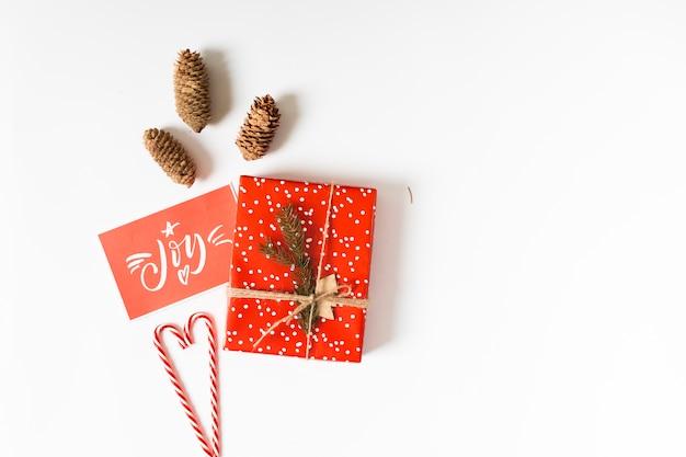 Caja de regalo con inscripción de alegría sobre papel.