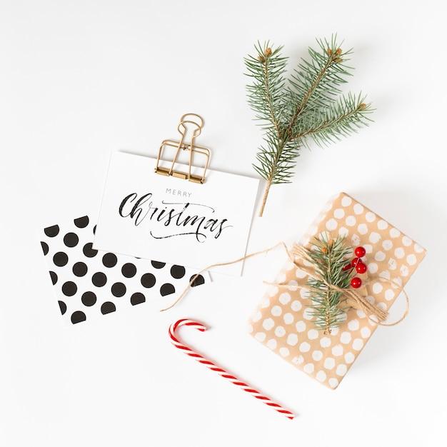 Caja de regalo con inscripción navideña sobre papel.