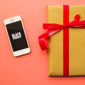 Caja de regalo con inscripción de viernes negro en el teléfono.