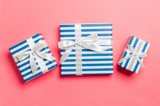 Caja de regalo con lazo blanco para navidad en coral vivo