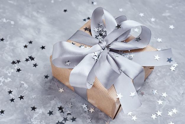 Caja de regalo con lazo y confeti, de cerca