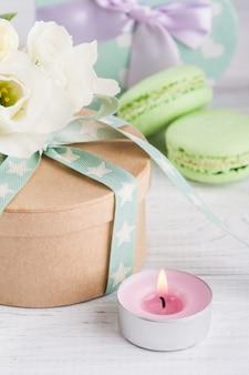 Caja de regalo con lazo y macarrones