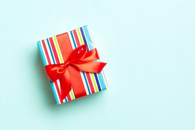 Caja de regalo con lazo rojo para navidad