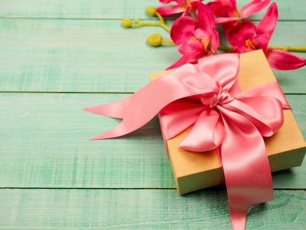 Caja de regalo con lazo rosa, dia de san valentin.