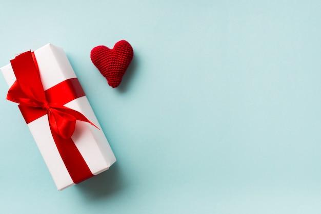 Caja de regalo y lindo corazón hecho punto