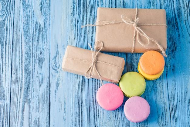 Caja de regalo y macarons