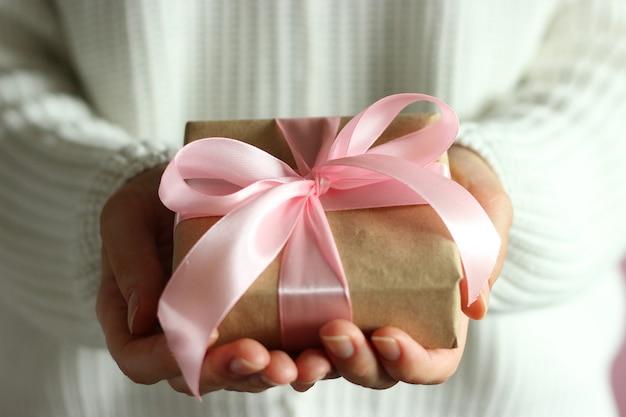 Caja de regalo en manos femeninas regalo de vacaciones
