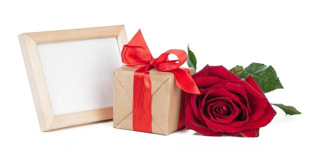 Caja de regalo, marco de madera y rosa.