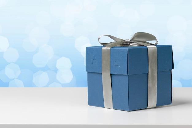 Caja de regalo en la mesa blanca.