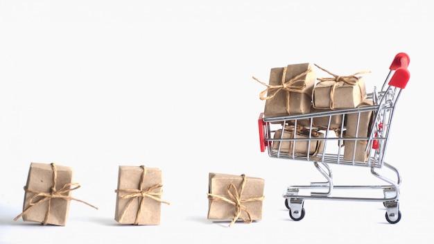 Caja de regalo de muchos papeles pequeños en un carrito, concepto compras en línea y regalos para un día especial.