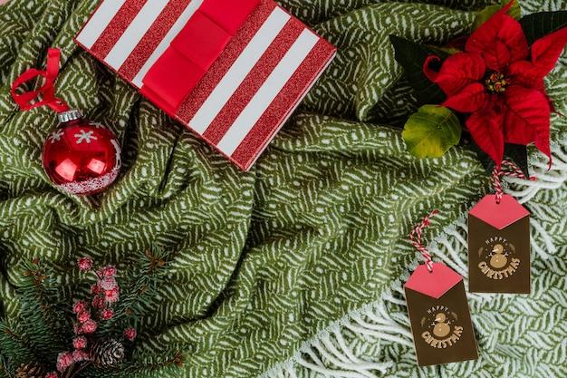 Caja de regalo de navidad y adornos decorativos.