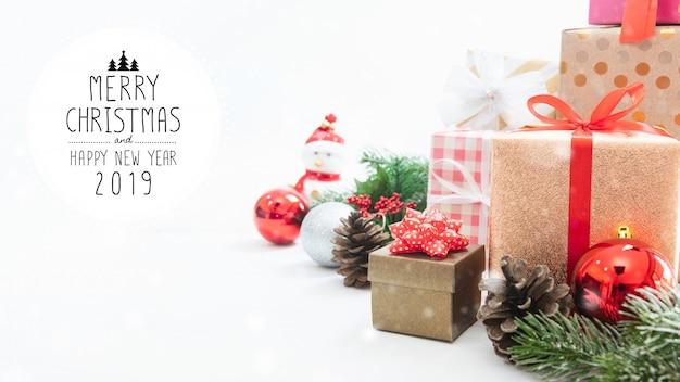 Caja de regalo de navidad y año nuevo con adornos decorativos.