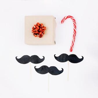 Caja de regalo de navidad con baston de caramelo.