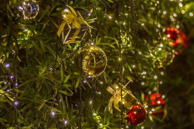 Caja de regalo de navidad y decoración con espacio de textura de fondo de árbol