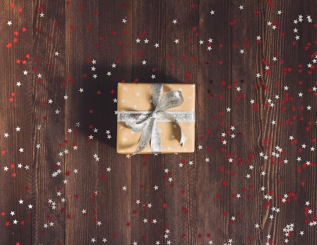 Caja de regalo de navidad en mesa festiva decorada