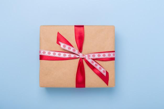 Caja de regalo de navidad sobre fondo azul.