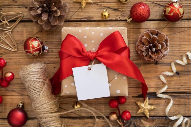Caja de regalo de navidad con vista superior de etiqueta de regalo cuadrada en blanco