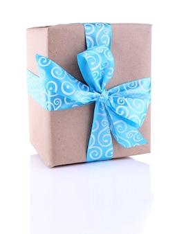 Caja de regalo navideña decorada con cinta azul aislada en blanco