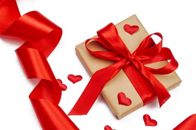 Caja de regalo navideña con lazo con cinta y corazones