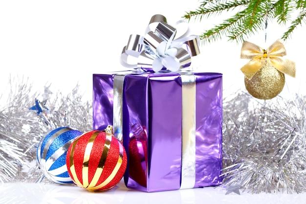 Caja con regalo navideño y decoraciones.