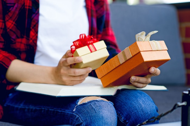 Una caja de regalo para niñas con chris smooth celebra el día de año nuevo con una copia del área de texto.