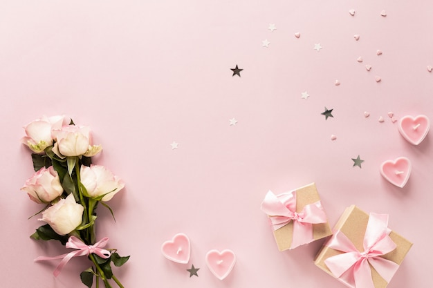 Caja de regalo o caja de regalo y flores en la vista de tabla rosa.