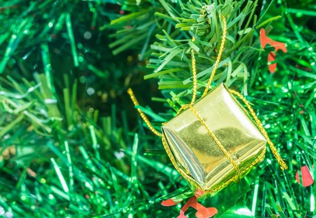 Caja de regalo de oro de primer plano en la decoración de año nuevo