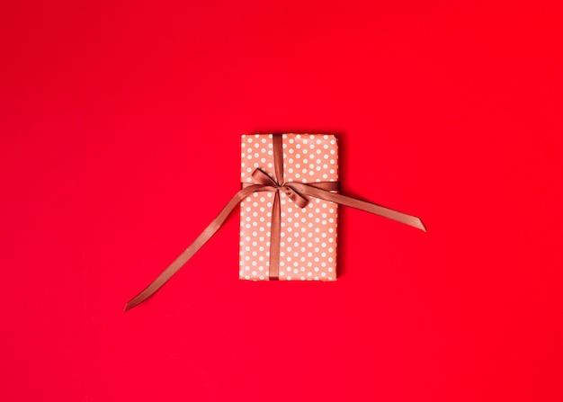 Caja de regalo en papel dulce con lazo.