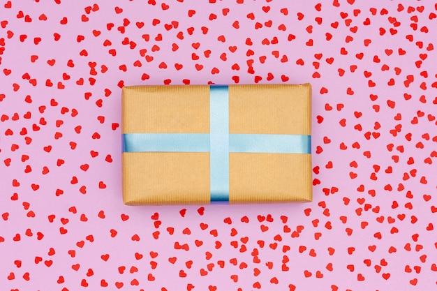 Caja de regalo plana sobre fondo rosa