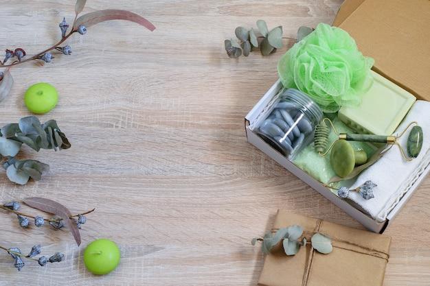 Caja regalo con productos cosméticos de temporada cero residuos empaquetados para familiares o amigos presentes.