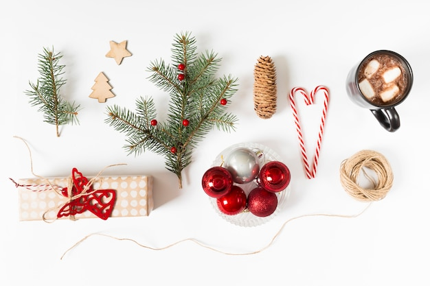 Caja de regalo con rama de abeto y taza de café.