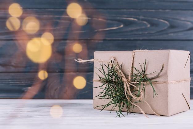 Caja de regalo con rama de abeto.