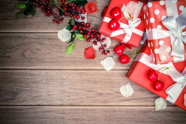 Caja de regalo roja y accesorios de fondo de navidad