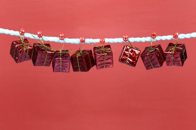 Caja de regalo roja colgar en el tendedero.