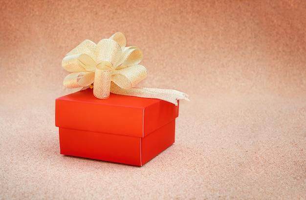 Caja de regalo roja en el fondo de corcho