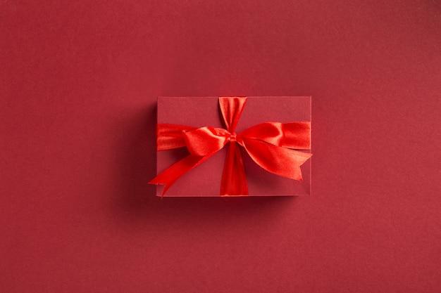 Caja de regalo roja de san valentín con lazo