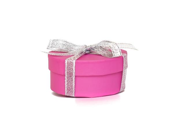 Caja de regalo rosa con cinta blanca aislada en blanco