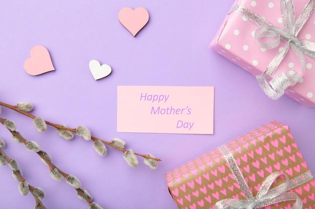 Caja de regalo rosa con ramitas de sauce y jardín. tarjeta de felicitación del día de la madre feliz. vista superior