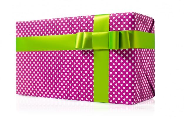 Caja de regalo rosada aislada