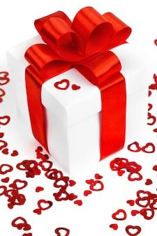 Caja de regalo de san valentín y corazones rojos