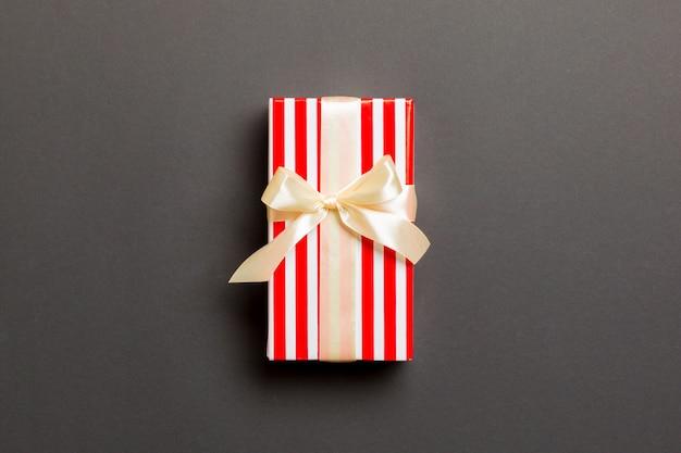 Caja de regalo de san valentín con lazo de brillo blanco